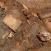 Tonscherben und Knochenabfälle im Verfüllmaterial des Brunnenschachtes