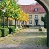 Torbogen mit Blick auf den nördlichen Abteiflügel (Klostercafe)