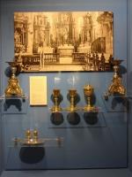 Vitrine mit liturgischen Geräten und Bild des früheren barocken Altarraumes