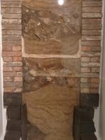 Nachbildung eines zugeschütteten Brunnenschachts (Querschnitt) mit Fundstücken
